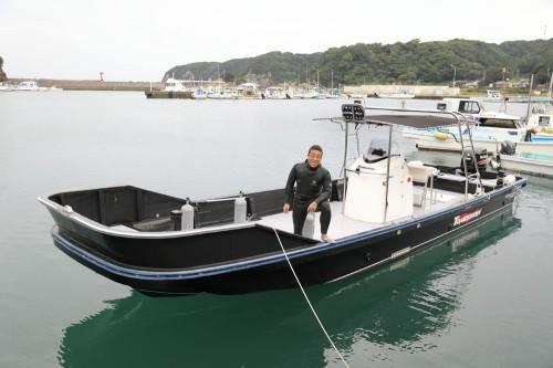 ブラックボディーにホワイトラインがひときわ目を引く、串本一速いといわれるTOMORROW号。幅広の船体で横揺れが少なく、フラットなデッキが使いやすい