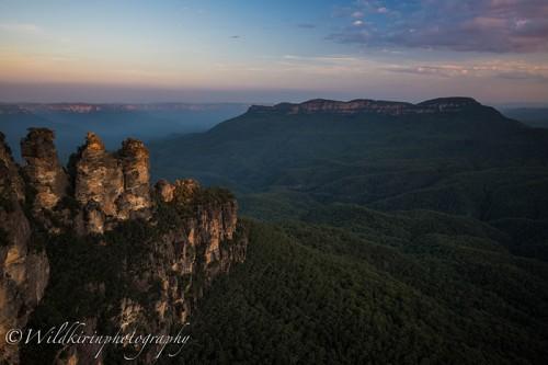 世界自然遺産に登録されているグレーター・ブルー・マウンテンズ(Greater Blue Mountains)の一角にある有名なスポット「スリー・シスターズ(Three Sisters)」