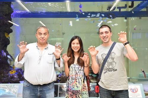 左からJoao Poncesさん、Beatrix Tanさん、Delamarche mathieuさん。早速、沖縄でおなじみの「はい、シーサー」でぱちり