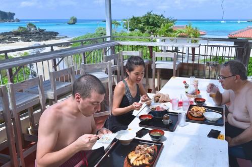 沖縄の美しい海を見ながら食べるランチは最高!