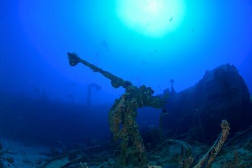沖縄本島北部、古宇利島沖の水深43mの海底に眠る、USS EMMONS(エモンズ)。先の大戦で、日本軍の特攻機によってダメージを受け、秘密漏洩を防ぐために米軍自らの手によって沈められた駆逐艦だ