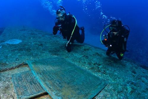 船体のプレートには、乗組員の名前が刻まれている※詳しくは、こちらhttp://www.divingisland.okinawa/ja/wreck/