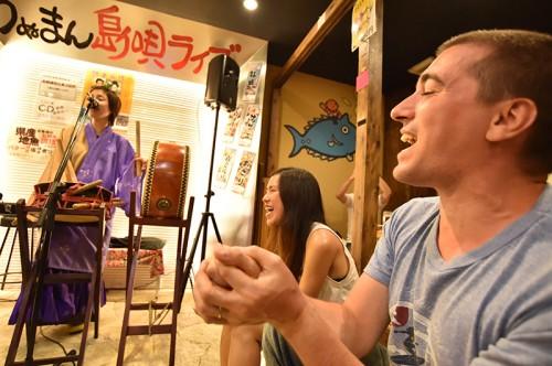 一緒に歌って踊れる楽しい島唄ライブ。三線を習っているマッちゃんは日本人より島唄もよく知っていた