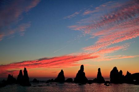 朝焼けに染まる橋杭岩。その異形が、これから潜る串本の海への期待感を昂揚させる