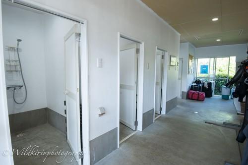 広々としたシャワーは中に3つと外にも完備されているので順番待ちがない