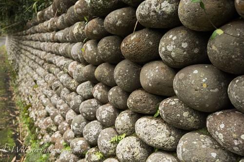 一つの石のまわりに六つの石が積まれている「六法積み」