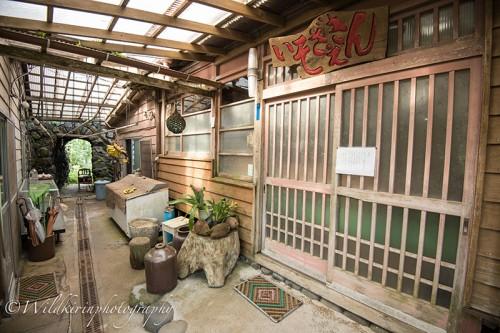 流木で作られた築百年以上の歴史あるお店