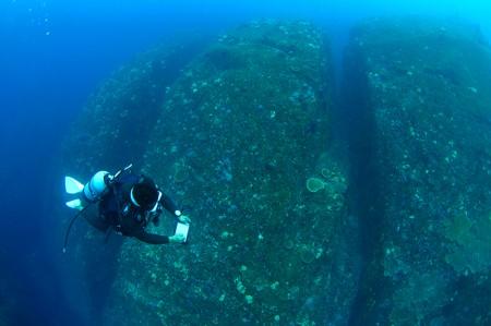 外洋は岩がちの地形ポイントが多く、以前には海底遺跡かと思われた場所も。「浅地」