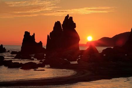橋杭岩に日が昇る