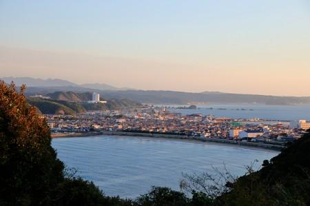 手前が今回潜った串本エリアの海、奥が古座の海。まるで表情が違うという