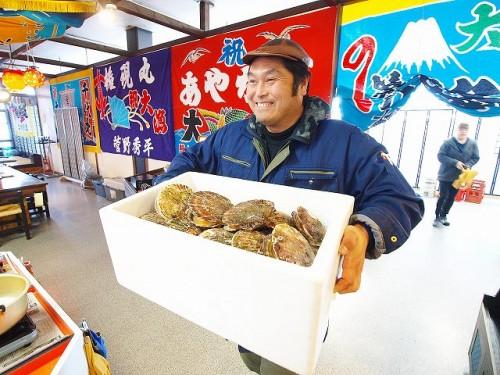 2016年秋、花巻にオープンした綾里漁協のアンテナショップ「りょうり丸」。新鮮なホタテを運ぶ三陸ボランティアダイバーズの熊ちゃんこと佐藤寛志さん