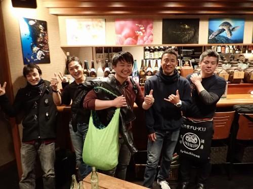 向かって左から、堀口さん、小金沢さん、新井さん、古賀さん、そして、会場となった「Fu-Ku」オーナー