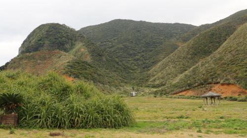真ん中が谷のようになっている不思議な形状の山