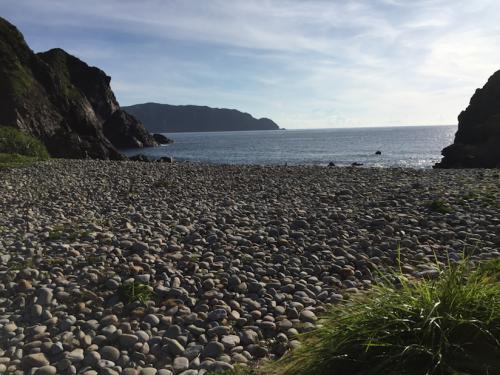 ビーチ全体が丸い玉石