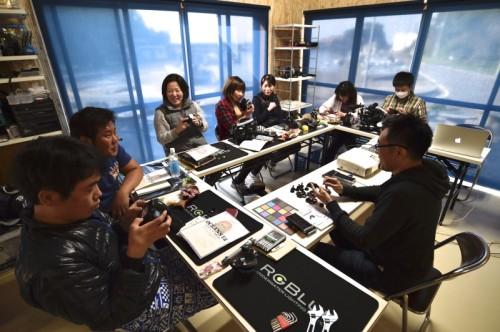 久野さんを囲み談笑する参加者たち。いつの間にか皆システム03の虜になっていた