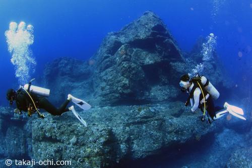 不気味な形をした岩礁が林立するカスミガセキ