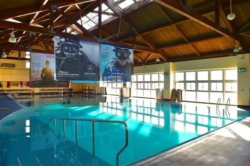 水深の異なる室内ダイビングプールも完備