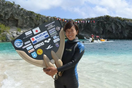 岡本美鈴選手: 2017年5月バハマで行われたフリーダイビング国際大会では、-94mの大深度を達成。2016年9月にギリシャで行われたフリーダイビング世界大会ではチームで3回目の金メダルを獲得。 photo by Tetsuo Hara