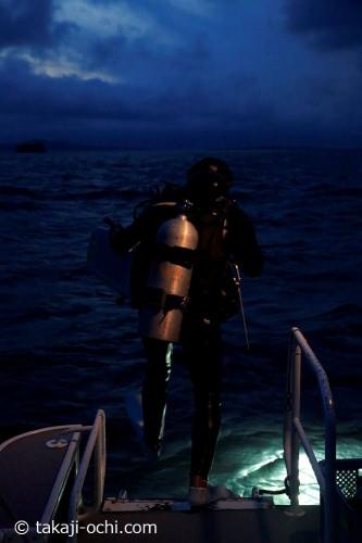 毎日、サンゴの産卵を求めて、夜の海にエントリー