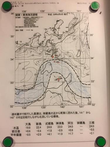 東海汽船に乗船すると天気図や黒潮の様子が貼り出してあります。黒潮の蛇行がちょうど北上し、御蔵島エリアに上がって来た様子。