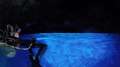 まさか見れると思わなかった青の洞窟。海の中から照らされた、新しい「ロタブルー」を見せてくれた。