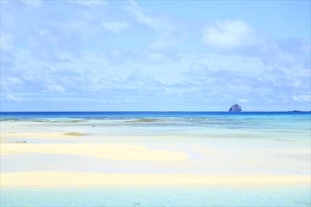 港を出てすぐに外洋に勇姿を見せる「トンバラ」は、久米島の象徴の1つでもある