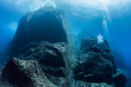 ゴツゴツした岩肌と抜けるような透明度