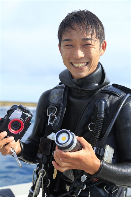 「コンデジでも案外キレイに撮れるので、気軽に参加してください」と笑う、ガイドの吉田健太朗さん