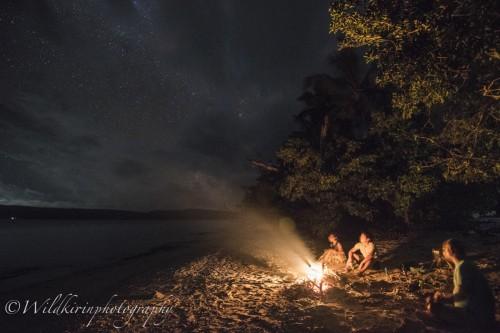 """トランクリティリゾートにて。 取材チームで、町のリゾートではなかなか味わうことのできない""""キャンプファイヤー""""なるものをしてみた。童心に戻って枝に火を付けて楽しんだ"""