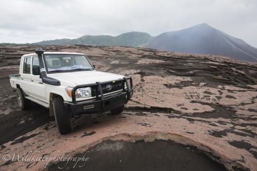 火山灰に覆われたヤスール火山の麓