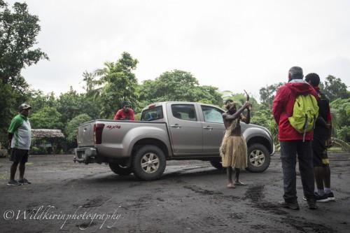 代表で選ばれたツアー参加者が「カバ」の根っこを住民に渡す
