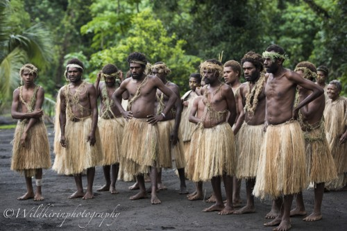 村の人たちが集まり、歓迎のダンスが始まった