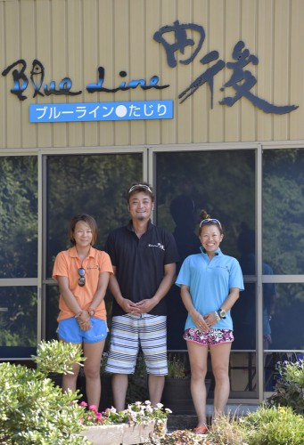 左からチーフガイドのサオリン、店長の山崎氏、丘番長の由香里さん