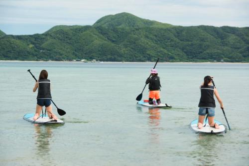 目の前に見える緑豊かな加計呂麻島