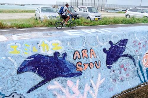防波堤に描かれた子どもたちの海の絵にもマンタが