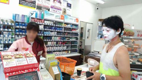 店員さんは、顔に触れないどころか、目も合わせてくれない……