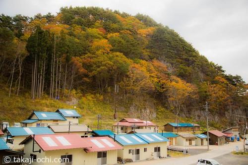 漁村と紅葉の風景が美しい