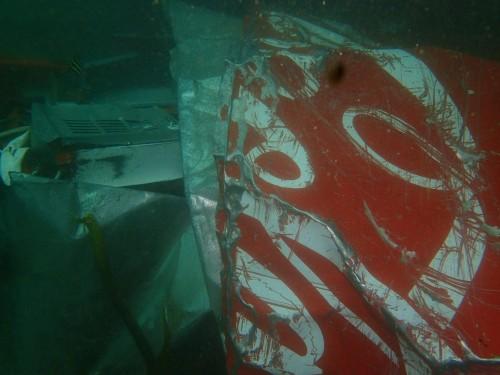 海中へ飲まれた自動販売機