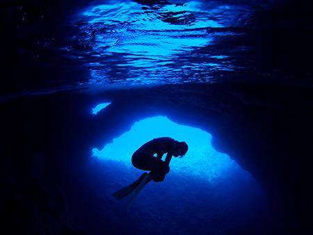 以前から「ロタホール」を潜ると、そのブルーなのか、水の感触なのか、なんとも言えない懐かしさ、うれしさを覚えていました。この感覚はやはりその奥に、生まれる前の記憶や人類が海の中にいた時の記憶が関係しているのかもと思い、その気持ちを表現しました。(撮影ポイント=ロタホール/Rota Hole)