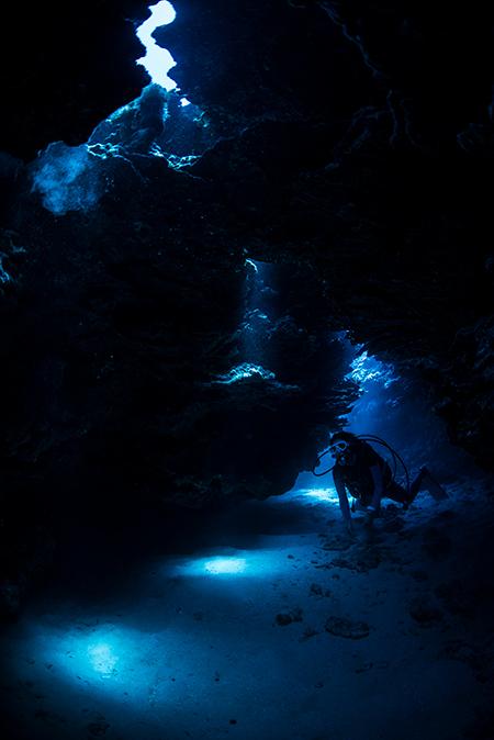 ラウラウビーチ沖にクレバスがあり、そこで撮影した1枚。ふと目を閉じると、無音の空間。まるで別世界に来たかのような気持ちでした。クレバスの中は水中とは思えないほど透明度が良く、美しい陸の洞窟にいるようでした。(撮影ポイント=ラウラウビーチ/Laulau Beach)