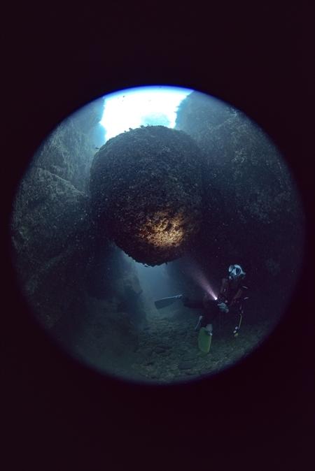 まさに地球が創り出した神秘の光景。海の中にも「はさかり岩」が存在する