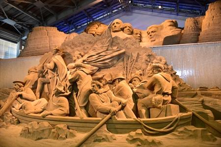 鳥取砂丘の「砂の美術館」では圧巻の砂像が展示されている