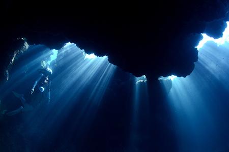 ビーチポイントで、これだけの地形ポイントは体験したことがありません。クレバス、アーチ、洞窟など大小さまざまな地形を次々と巡ることができます。サイパンからは潜らないビーチポイントですが、アドベンチャー気分に浸れるイチオシのシーンです。(撮影ポイント=島の西側/Westside of Tinian)