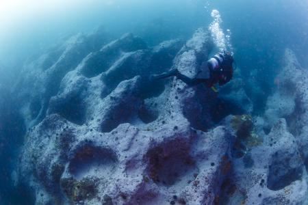 いくつものポットホール(おう穴)がある海底は、何かのおとぎ話の中に迷い込んでしまったかのような錯覚を覚える