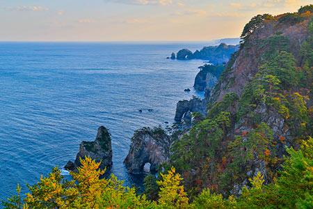 北山崎の高さ200mの大断崖は、「海のアルプス」と呼ばれるに相応しい景観。ヤマセという海からの霧に霞む時期には、日本昔ばなしに出てきそうな絶景が堪能できる
