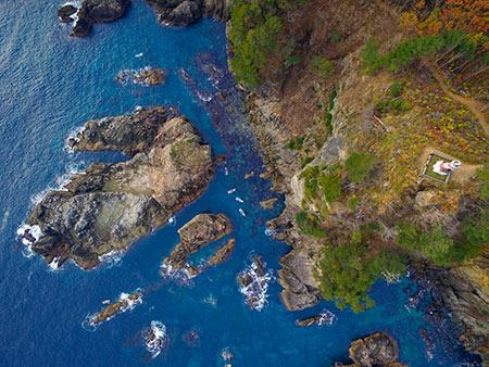 ドローンで撮影した弁天崎の灯台と岩礁群