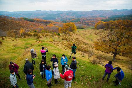 山地酪農の吉塚牧場見学ツアーに参加した観光客