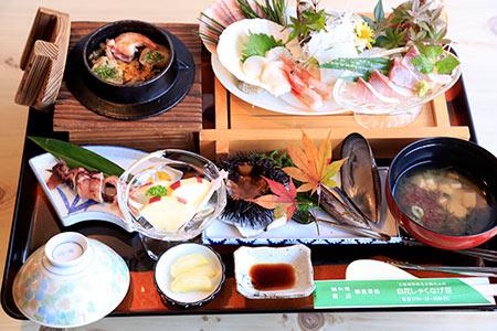 ホタテやエビの入った釜飯が人気の特別御膳(白花シャクナゲ荘)