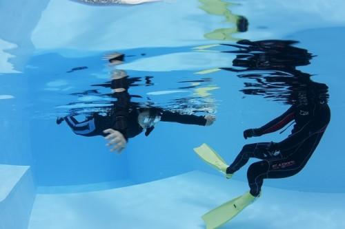 海に入る前はプールで練習。