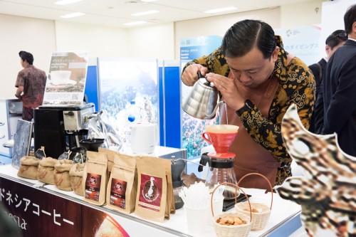 インドネシアブースでは、恒例のコーヒー試飲。こだわりが半端ないです……。